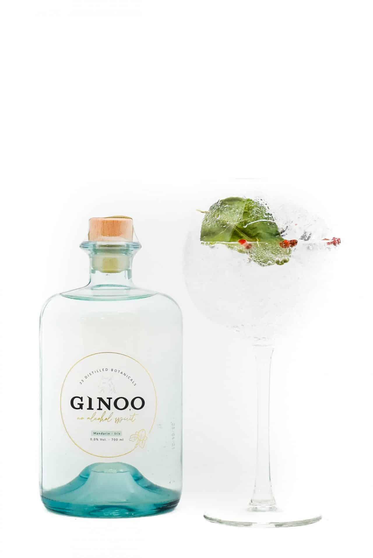 Ginoo alcoholvrije gin van Sterkstokers met glas